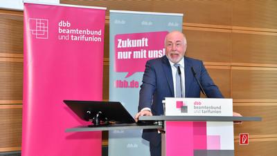 dbb Bundesvorsitzender Ulrich Silberbach erläutert die Forderungen